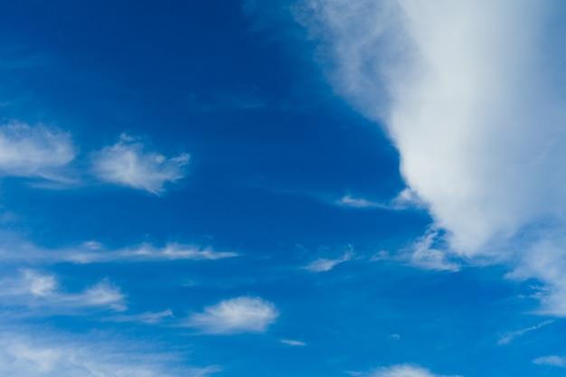 Cloudscape. céu azul e nuvem branca. dia ensolarado. nuvens cumulus.