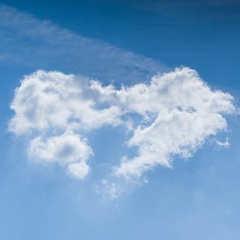 Cloudscape. céu azul e nuvem em forma de coração branco. dia ensolarado.