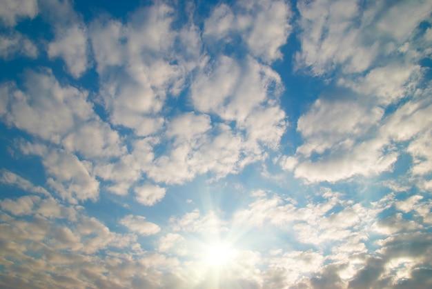 Cloudscape com sol nascente pode ser usado como plano de fundo