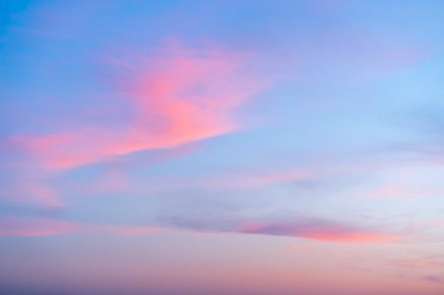 Cloudscape dramática bonita no pôr do sol, verão ou primavera, horizontal.