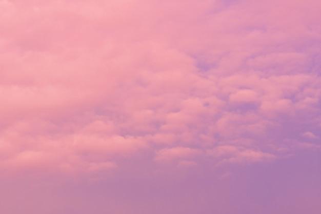 Cloudscape e céu na noite.