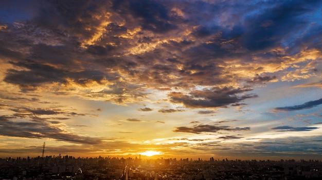 Cloudscape noite na cidade, pôr do sol colorido