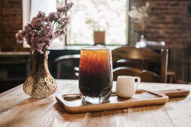 Clouse up ice coffee (americano frio) no fundo do café