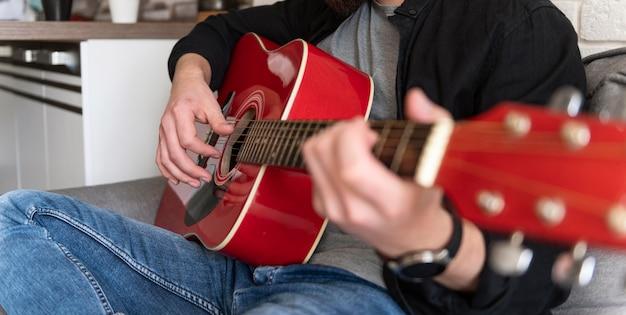 Clsoe levantando as mãos tocando violão