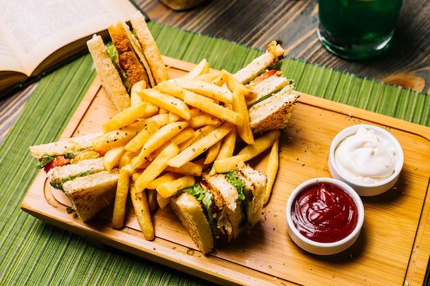 Club sanduíche torradas pão frango tomate pepino batatas fritas maionese ketchup vista lateral