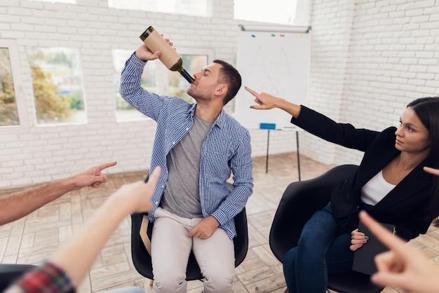 Clube de alcoólicos anônimos encontrando pessoas em terapia