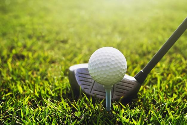 Clube de golfe closeup e bola de golfe na grama verde
