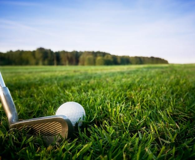 Clube de golfe com uma bola