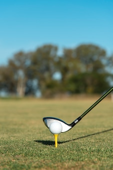 Clube de golfe de alto ângulo no campo