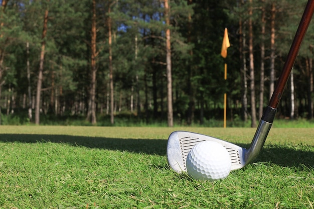 Clube de golfe e bola. preparando-se para atirar.