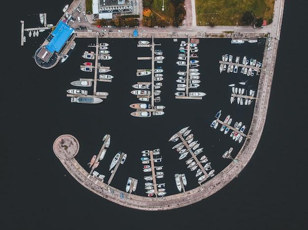Clube de iate com um quebra-mar. iates, barcos a motor, veleiros, cais, cais.