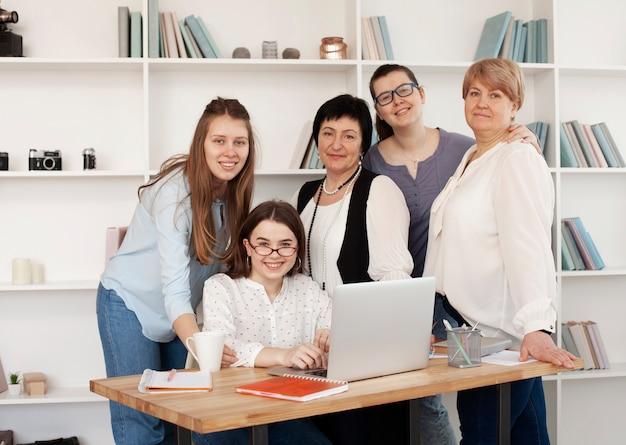 Clube social feminino dentro de casa