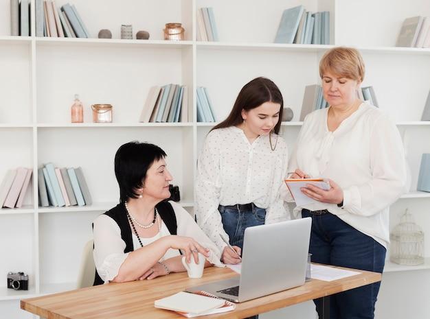 Clube social feminino em uma mesa de escritório