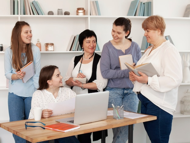 Clube social feminino falando um com o outro