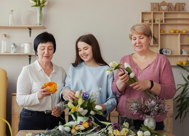 Clube social feminino olhando flores
