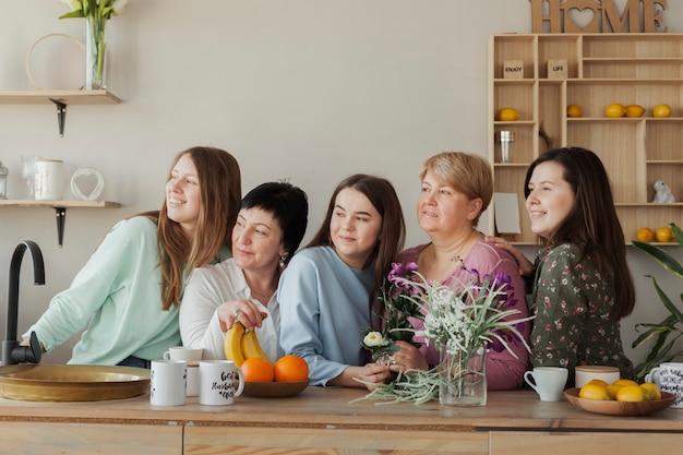 Clube social feminino, olhando para longe