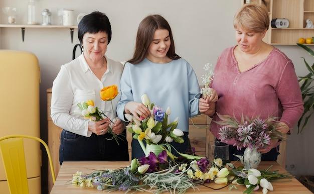 Clube social feminino segurando flores da primavera