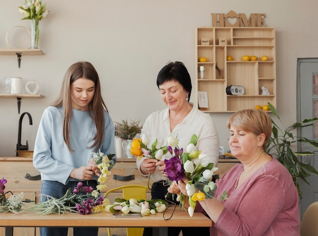 Clube social feminino segurando flores desabrochando