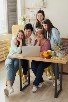 Clube social feminino, sorrindo para um laptop