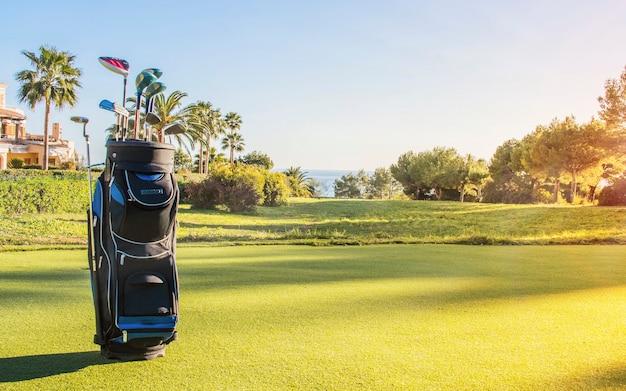 Clubes de golfe em um campo de golfe.