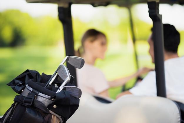 Clubes de golfe profissional em hobby de família de bagagem.
