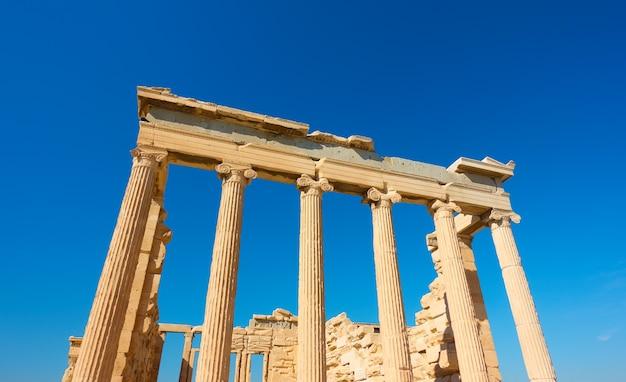 Clumns of the erechtheion temple na acrópole em atenas, grécia. arquitetura grega antiga