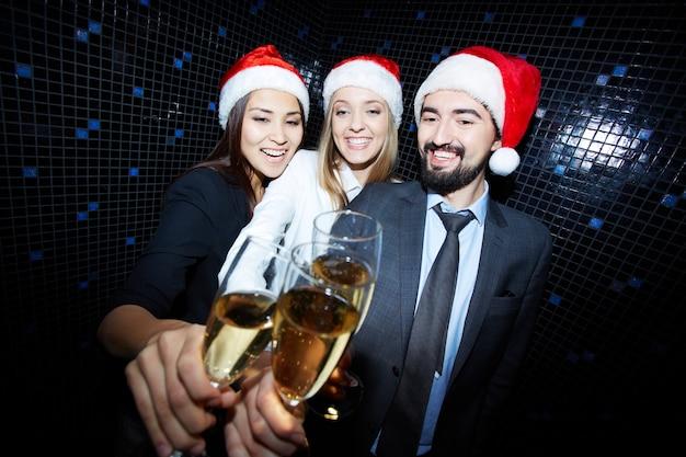 Co-trabalhadores brindam com champanhe