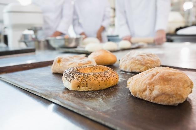 Co-trabalhadores fazendo bagels e pão juntos