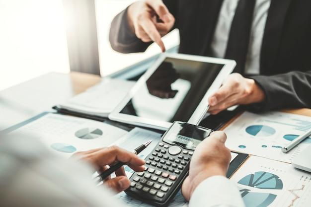 Co-working business team meeting planejamento com tablet digital análise de estratégia