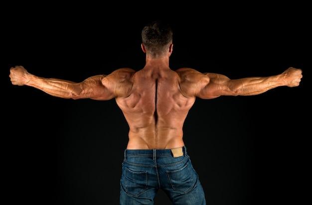 Coach profissional demonstra realizações exercícios para as costas