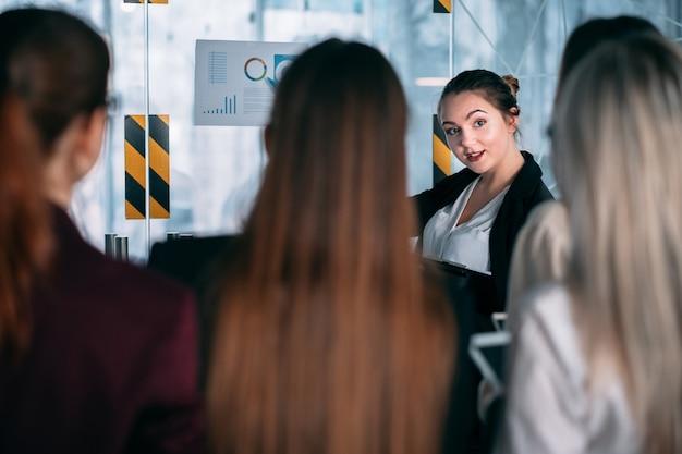 Coaching de negócios. treinamento de funcionários corporativos. alto-falante apontando para infográficos.
