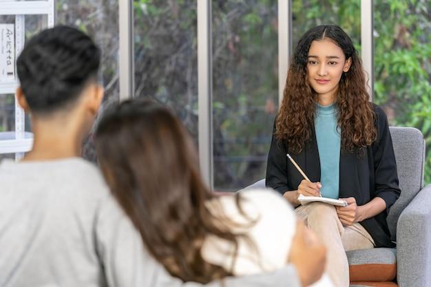 Coaching, tomar nota e dar consultoria ao amante asiático para tomar uma atitude feliz