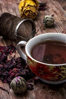 Coador de chá e folhas de chá