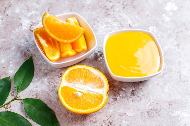 Coalhada de laranja caseira com laranjas suculentas.
