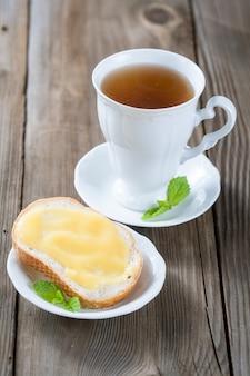 Coalhada de limão caseira e uma xícara de chá
