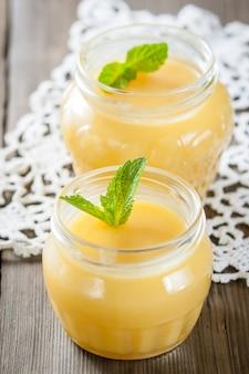 Coalhada de limão caseira em frascos com folhas de hortelã