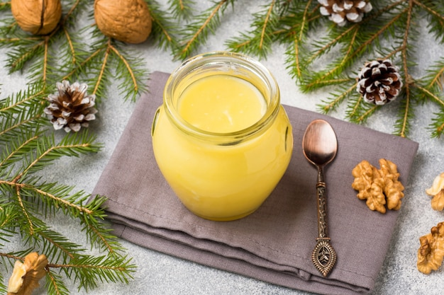 Coalhada de limão caseira em potes de vidro em cima da mesa