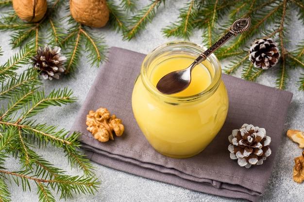 Coalho de limão caseiro em potes de vidro em cima da mesa.