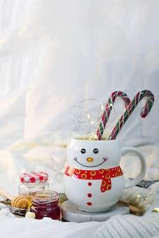 Cobertor macio acolhedor com uma taça na forma de um boneco de neve