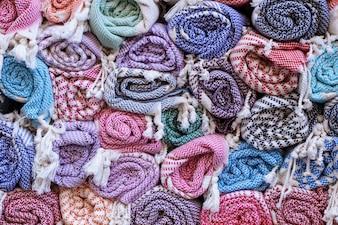 Cobertores coloridos em um mercado
