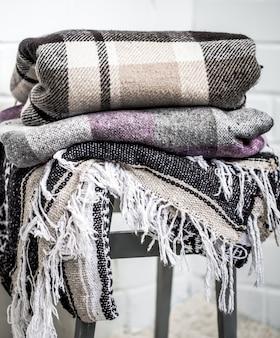 Cobertores quentes em uma cadeira