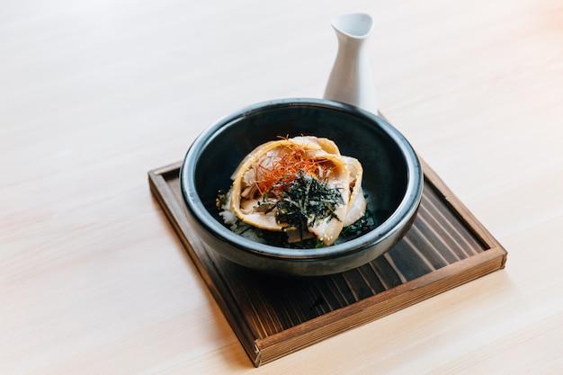Cobertura de arroz de vapor com barriga de porco assada
