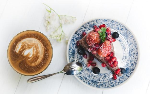 Cobertura de bolo de chocolate com frutas de morango e bagas.