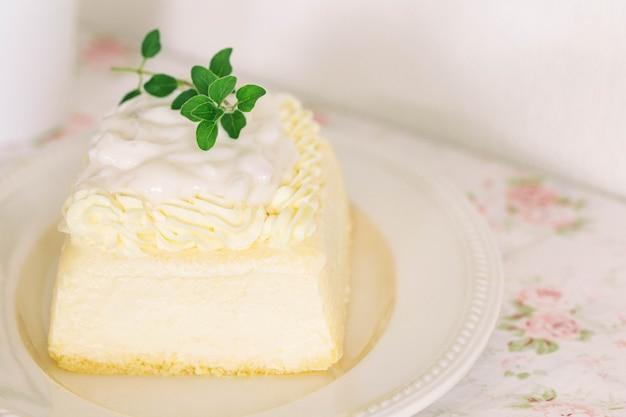 Cobertura de bolo de esponja de baunilha recém-assada com creme de leite batido com molho de pudim de coco jovem.