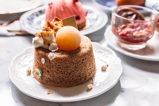 Cobertura de bolo de esponja fofa com creme de café e esfera de gelo.