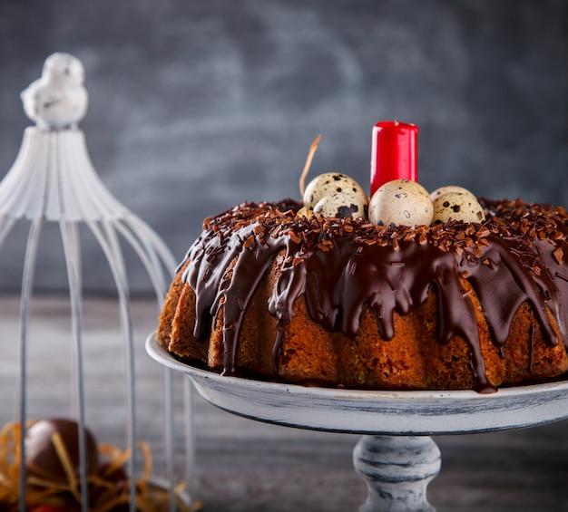 Cobertura de decoração de chocolate de cupcake. férias de páscoa de cozimento
