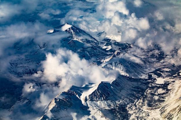 Cobertura de montanha com neve