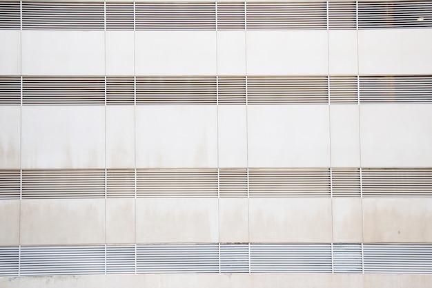 Cobertura de ventilação de venezianas de treliça na parede da casa.