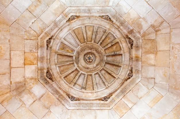 Cobertura figurada de uma igreja medieval