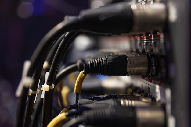 Cobra de áudio e caixa de palco com cabos e tomadas xlr em um show ao vivo.